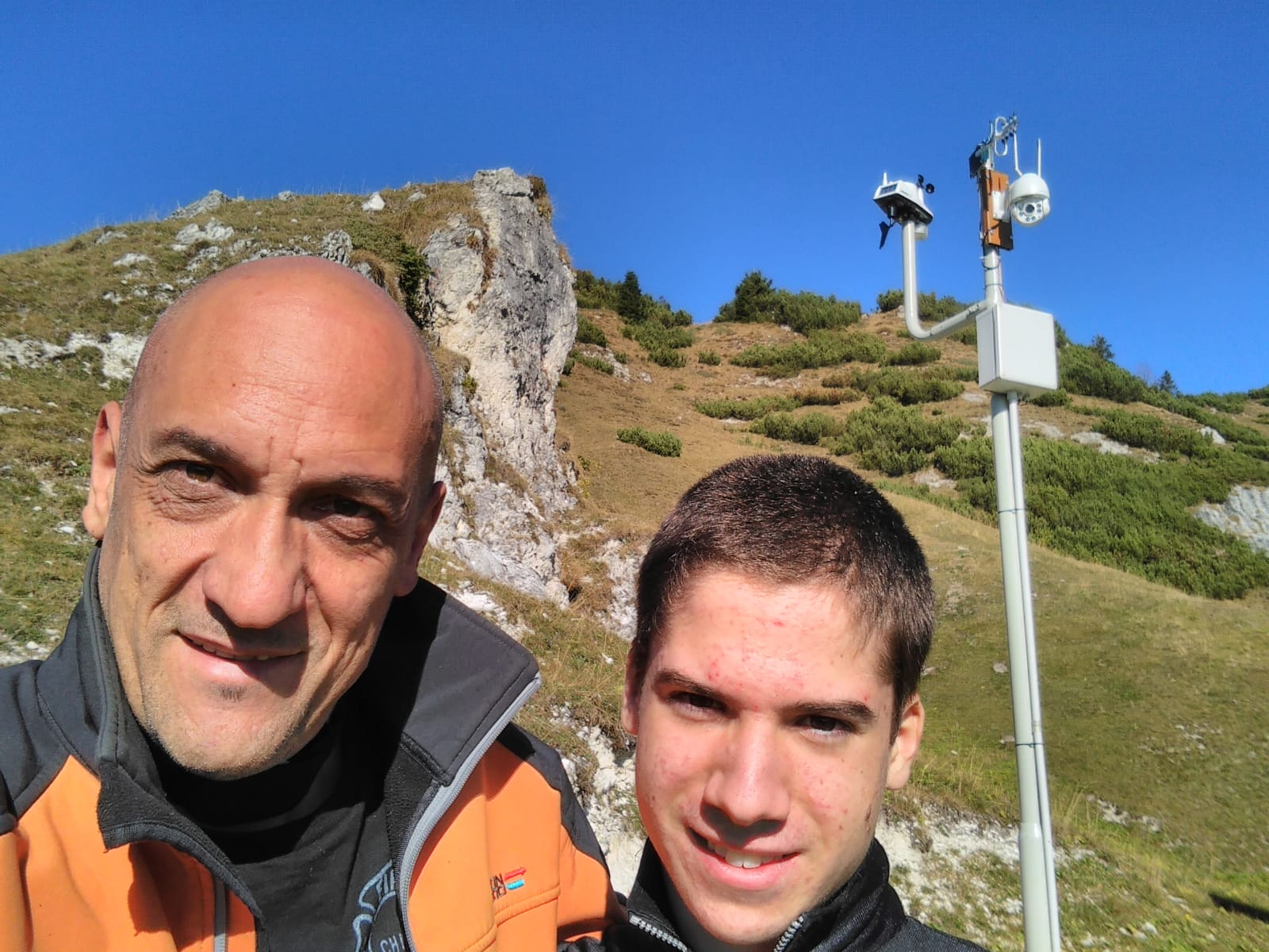 A sinistra Denis Dall'Alda e a destra Luca Fruner, alle spalle la nuova installazione meteorologica